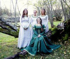 """Die Braut im Mittelalter Kleid """"Herrin des Flusses"""": http://armstreet.de/shop/gewandung/mittelalterliches-leinenkleid-herrin-des-flusses-1, Brautjungfern: das Kleid """"Herbststimmung"""""""