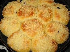 Ингредиенты: 200 мл теплого молока 50 гр маргарина для выпечки типа «пышка» 2 яйца (одно для смазывания булочек и одно в тесто) 3 ст. ложки сахара 3 ст. ложки растительного масла 1 пакетик ванильного сахара 1 ч. ложка дрожжей (пакмайя) 2-2.5 стакана муки 1/2 ч. ложки соли варенье, ягоды или фрукты в начинку Для посыпки: …