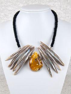 Einzigartige Statement-Kette ausBernstein undMuscheln   Statement necklace with a one-of-a-kind piece of amber   atelier ie.