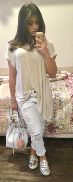 Maxi camiseta cinza zara , calça branca rasgada forever 21, tênis prata Ana capri,bolsa saquinho schutz,pompom rosé, look do dia , look despojado,outfit ,2017.
