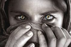 eyes like the famous National Geographic Afghan girl Black And White Girl, Black And White Pictures, Afghan Girl, Gorgeous Eyes, Amazing Eyes, Pretty Eyes, Portraits, We Are The World, Expo