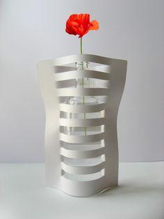 Papieren vaas: Maak insnijdingen in papier (ong. om de 2 cm). Zet een fles klaar en doe het papier er rond: 1 bandje vooraan, 1 achteraan, enz. Klaar!