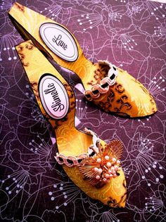 make these shoes out of paper! free template & tutorial at Dollar Store Crafts