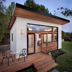 We already got Modern Tiny House on Small Budget and will make you swon. This Collections of Modern Tiny House Design is designed for Maximum impact. Modern Tiny House, Tiny House Cabin, Tiny House Living, Tiny House Plans, Tiny House Design, Tiny Guest House, Prefab Guest House, Prefab Tiny Houses, Small Prefab Homes