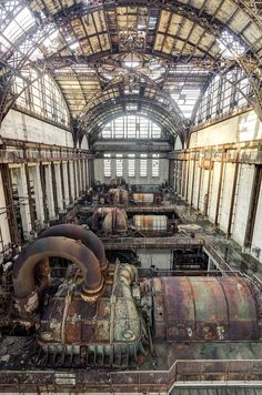 Massive Interior in Abandoned American Power Plant. I love the architecture here. (Has a steampunk look to it. Abandoned Buildings, Old Buildings, Abandoned Places, Abandoned Castles, Abandoned Mansions, Steam Turbine, Turbine Hall, Abandoned Factory, Nautilus