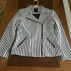 Cool Blk/Wh Striped Blazer Horizontally striped black and white blazer with two pockets. In excellent condition, the arms are snug on me so I have never worn it (I'm a size 14 tho ) . Lined inside, cute zipper details. Forever 21 Jackets & Coats Blazers