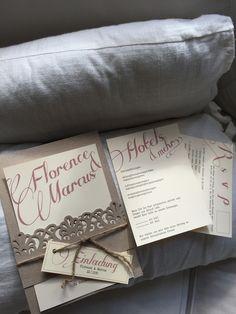 Vintage Hochzeitseinladung mit Kordel und schöner Papierborte. Papier grau braun kraft mit Einleger für Hotel und Antwortkarte.