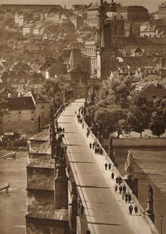 Prague thru time. Old Pictures, Old Photos, Charles Bridge, Prague Czech Republic, Colourful Buildings, Old Photography, Fairytale Castle, Bucharest, Street Artists