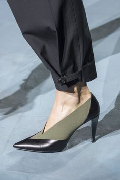 fashion shoes Best Spring 2019 Runway Shoes - Spring 2019 Shoe Trends at Fashion Week Fashion Pants, New Fashion, Trendy Fashion, Fashion Shoes, Womens Fashion, Paris Fashion, Color Fashion, Fashion Online, Swedish Fashion