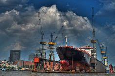 Dunkle Wolken über der Montreal Express im Hamburger Hafen   Bildschönes Hamburg