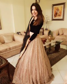 Indian Gowns Dresses, Indian Fashion Dresses, Indian Designer Outfits, 20s Fashion, India Fashion, Fashion Weeks, Fashion Fashion, Trendy Fashion, Indian Bridal Outfits