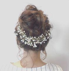 今、インスタでも話題の「小枝アクセサリー」!どんなスタイルにもマッチするので、結婚式のヘアアレンジに使う花嫁さんが急増中なんです。今回は、そんな新しい人気アイテム「小枝アクセサリー」を使ったアレンジをご紹介♪ Diamond Earrings, Crown, Jewelry, Fashion, Diamond Studs, Corona, Jewlery, Moda, Jewels