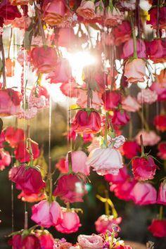 So simple und doch so schön! - Befestige ein Faden am Rosenstiel und hänge die Rosen mit der Blüte nach unten auf.