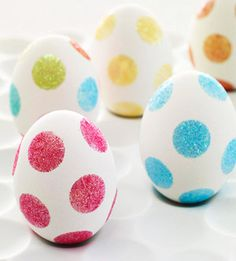 No-dye polka dot Easter eggs: just attach double-sided adhesive dots and roll in glitter. Super easy and super cute! Perfect for ceramic or wooden eggs too!