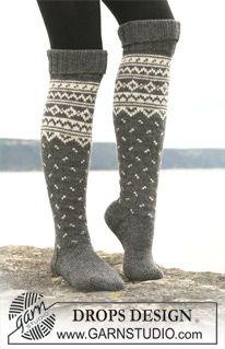 """DROPS sockor med nordisk mönster i """"Karisma"""". Kan också stickas i """"Merino Extrafine"""". ~ DROPS Design"""