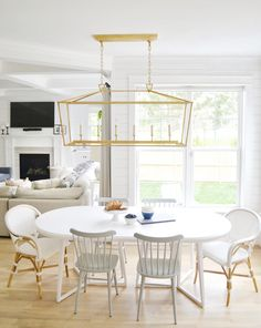 Comb through 12 of the best white round kitchen tables that are designers' favorites, and a range of budgets from cheap to high end. Faux marble tops, or the real thing! Solid wood... all kinds of dining table inspiration and links for your kitchen home decor. Kitchen Nook, Living Room Kitchen, Kitchen Tables, Dining Rooms, Round Kitchen, New Kitchen, Kitchen Interior, White Round Dining Table, Kitchen Trends