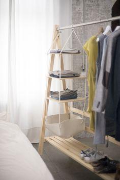 Schlafzimmer Beispiel mit Kleiderständer & Ablage aus Massivholz