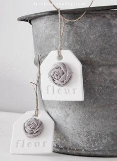 Roosje van klei op label fleur handmade clay tags with gray linen rose - Set of 2. $10.00, via Etsy.