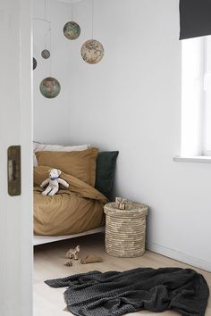wood, palm leaves baskets, a coconut fiber mattress and organic cotton sheets Minimalist Kids, Kids Room Design, Home And Deco, Kid Spaces, Interiores Design, Girl Room, Kids Bedroom, Room Inspiration, Room Decor