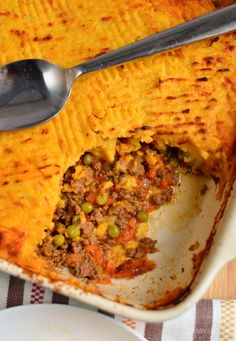 Everyone loves a good ole cottage pie, it was the kind of dish most of us had weekly with creamy buttery mash potato on top. Easy Slimming World Recipes, Slimming Eats, Beef Casserole Recipes, Mince Recipes, Ground Beef Dishes, Ground Beef Recipes, Cottage Pie Sweet Potato, Cottage Pie Recipe Beef, Slimming World Cottage Pie