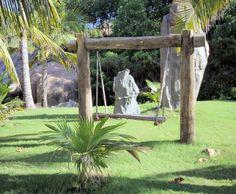 Balançoire dans un jardin exotique // http://www.deco.fr/photo-deco/decoration-rouge_pierre/