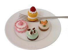 Free patterns Mini cakes Crochet Amigurumi Many other mini cake & dessert amigurumi patterns on the site! Crochet Cake, Crochet Food, Cute Crochet, Crochet Crafts, Amigurumi Patterns, Crochet Patterns, Food Patterns, Play Food, Fun Food