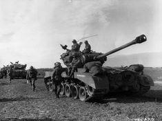 https://flic.kr/p/Dw5DsZ | 1945, Allemagne, Une colonne de chars lourds M26 Pershing lors d'une halte