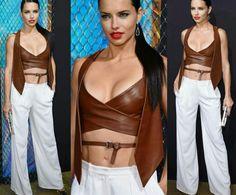 O look da Adriana Lima para a festa da Maybelline!⭐ Ela está incrível de cropped e colete de couro, marrons + calça social, branca e scarpin. #creative #fashion #style #adrianalima