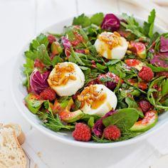 Rucola Salat mit Ziegenkäse, Avocado und Himbeeren total lecker und gesund. Noch mehr tolle Rezepte gibt es auf www.Spaaz.de