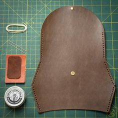 Diy Cape, Diy Leather Projects, Leather Diy Crafts, Leather Bag Pattern, Leather Bag Tutorial, Piel Natural, Pouch Pattern, Leather Keychain, Leather Card Wallet