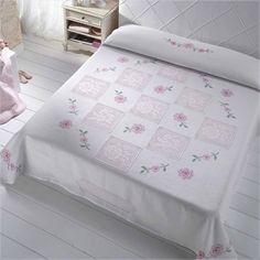 Dantel ve kanaviçe ile yapılmış yatak örtüsü