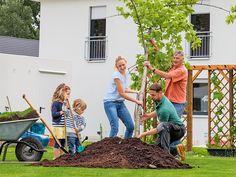 Die Freiheit, einfach mal raus zu gehen und unbeschwert durch die Nachbarschaft zu laufen: Das kennen die Ohls noch aus ihrer Kindheit. Dieses Gefühl sollten auch ihre Kinder haben. Deshalb bauten sie 2014 ein eigenes Haus. Für sie am wichtigsten ist der Garten. Wo bald Obstbäume stehen und Gemüse wächst, sollen ihre Kinder nicht nur spielen, sondern auch lernen, wie viel Spaß das Gärtnern macht.