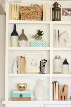 8 Tips for Buying Home Decor Accessories - DIY Playbook Having trouble adding personalized accessories to your space? Here are our tips for buying home accessories to make your rooms look great! Decorating Bookshelves, Bookshelf Styling, How To Decorate Bookshelves, Bookshelf Ideas, Diy Home Decor For Apartments, Diy Apartment Decor, Apartment Living, Apartment Ideas, Unique Home Decor