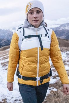 Functional and stylish - this jacket keeps you warm wherever you are. Sports Activities, Upper Body, Body Shapes, Stay Warm, Jackets For Women, Hiking, Sporty, Stylish, Outdoor