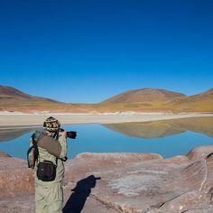 Feliz Dia do Fotógrafo! Fotografar é uma arte. Vai muito além de ter uma câmera boa. É preciso ter o dom de captar a luz e planejar boas composições.  Parabéns para você que eterniza momentos incríveis em uma foto!  Essa foto foi tirada no passeio de Piedras Rojas no Atacama Chile. #NerdsNoAtacama #NerdsNoChile