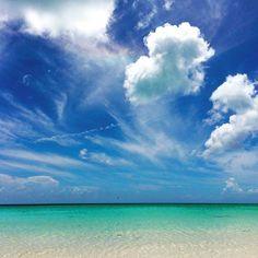 【abi_mode】さんのInstagramをピンしています。 《好きな場所で  好きな仕事をしているのなら  もっと遊び心を持って  忙しさを楽しまなければ勿体無い。 …という声が聞こえた気がする。  #石垣島 #ishigakiisland #ishigaki #沖縄 #okinawa#japan #八重山 #yaeyama #南国 #離島 #ハンドメイド #handmade #アクセサリー #accesory #海 #sea #ocean #marine #空 #sky #雲 #cloud #虹 #rainbow #青 #blue #一度きりの人生 #life #enjoy #job》