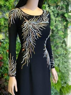 Hand Embroidery Dress, Hand Embroidery Videos, Bead Embroidery Patterns, Embroidery Designs, New Trendy Dresses, Casual Dresses, Plain Saree With Heavy Blouse, Beads Clothes, Moroccan Dress