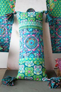 Amy Butler Denne er quiltet etter mønsteret i stoffet Bolster Pillow, Throw Pillows, Diy Craft Projects, Sewing Projects, Quilt Patterns, Sewing Patterns, Amy Butler Fabric, Creative Box, Techniques Couture