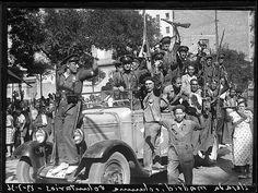 Guardias de asalto y milicianos después del ataque al cuartel de la montaña. Madrid, 1936. Spanish, Military, War, Photography, Madrid, Female Fighter, Old Pictures, Historia, Fotografia