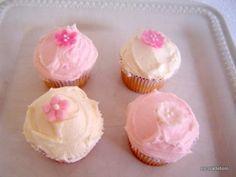 Esta receita é da Magnolia Bakery em Nova York, uma loja de cupcakes super famosa por lá, sempre com fila na porta. Uma delícia que combina com uma cobertura de buttercream de merengue suiço ou brigadeiro de limão siciliano, entre outras... Rende 64 minis ou 24 tamanho padrão.