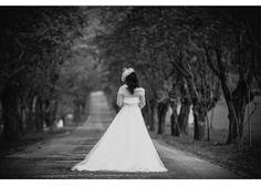 Reportaje fotográfico Fotografía en blanco y negro de la novia de espaldas en el camino a la finca donde se celebra la boda