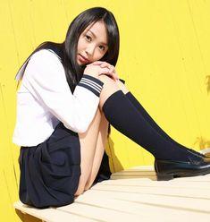 制服美少女のエロ画像その105 紺ミニスカセーラー服の黒髪少女が体育座りしてアソコのくぼみがwww