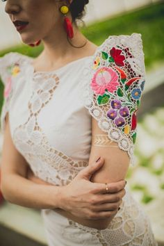 Manga bordada MyKingList com wedding womensfashion fashion style classy outfits is part of Mexican wedding dress - Mexican Outfit, Mexican Dresses, Quinceanera Dresses, Prom Dresses, Wedding Dresses, Vestidos Teen, Mexican Themed Weddings, Mexican Wedding Traditions, Ring Verlobung