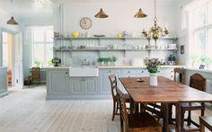 grått kök med öppna hyllor
