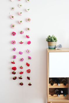 DIY Flower wall-hanging. Oh I like this. Lots of possibilities to customize.