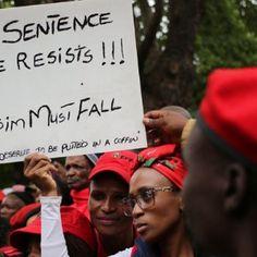 La agresión que sufrió un hombre negropor parte de dos personas blancas reactivóuna intensa oleada de protestas en el país. Fonte: Violencia contra hombre negro desata protestas en Sudáfrica | No…