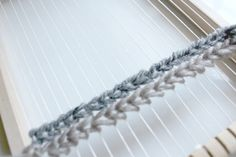 Weaving techniques: The Soumak or how to create a mat on the weave of your weaving - woodhappen Weaving Wall Hanging, Tapestry Wall Hanging, Wall Hangings, Dyi, Diy Couture, Weaving Projects, Tear, Loom Weaving, Diy Embroidery