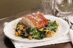 Torsk med parmaskinke og kikerter Seafood, Bacon, Fish, Chicken, Ethnic Recipes, Spinach, Sea Food, Pisces, Pork Belly