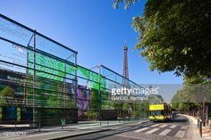 Foto stock : France, Paris, Quai Branly Museum by architect Jean Nouvel, and the Eiffel Tower