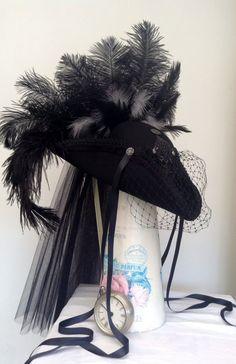 La señora Rachel Tricorne fieltro con velo de Gasa y Tul drapeado espalda, plumas de avestruz negras y plumas grises para atrás y de lado, banda de terciopelo negro, negro lado satinado a tirantes con botones de plata, corona de adornos de malla negro con Cruz, terminado con un velo del birdcage completo. https://www.etsy.com/uk/shop/Blackpin?ref=hdr_shop_menu